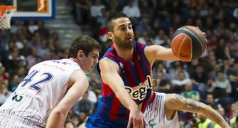 Navarro pasa entre dos contrarios (Foto: Lafargue)