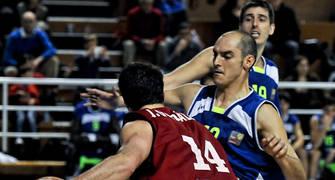 Alejandro Alba defendiendo a Julio González (Foto: Andrés Antúnez Carrasco)