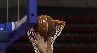 Triguero lanza bajo el aro ante Jesús Fernández del CB Granada (ACB Photo / Tolo Parra)