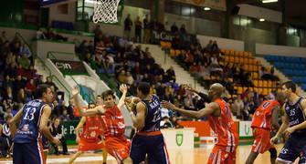 Jonathan Kale se hace con el rebote ante Adrián García (Foto: Iván Arriazu)