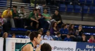 Quique Suárez defendido por Mario Álvarez (Foto: Jonatan González)