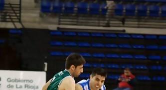 Roberto Molina avanza ante la defensa de Roberto Rueda (Foto: Jonatan González)
