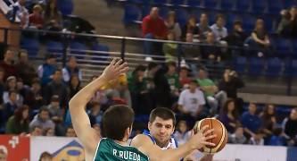 Roberto Rueda intenta frenar a Matt Witt (Foto: Jonatan González)