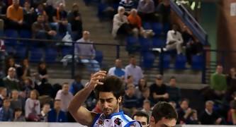 Martín Calvo roba un balón (Foto: Jonatan González)