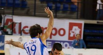 Rubén Martínez intenta desbordar a Quique Suárez (Foto: Jonatan González)
