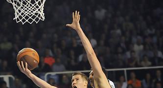 Jaka Lakovic dejando una bandeja presionado por Dimitris Diamantidis. foto: victorsalgado.com