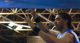 Adebayo Arigbon defendido por Sisao (Foto: Antonio Magán)