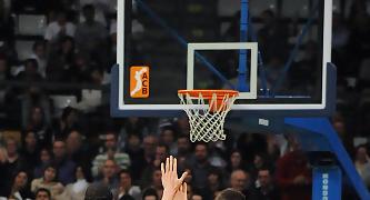 Los compañeros felicitan a David Jelinek por su triple. Foto: victorsalgado.com