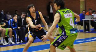Agustín Prieto, pase picado ante Tury Fernández (foto Chema Gonzalez)