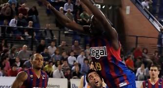 David Mesa hace volar a Souleymane Drame (Foto: Jonatan González)
