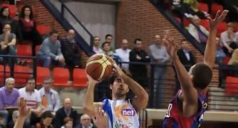 Quique Suárez entra a canasta ante Joan Creus y Michel Acosta (Foto: Jonatan González)