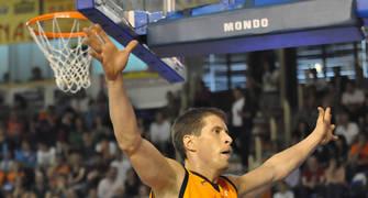Davor Kus presiona en el saque de fondo (foto: FM)