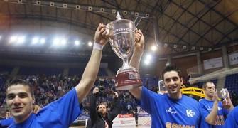 Roberto Molina y David Mesa paseando la Copa (Foto: Jonatan González)