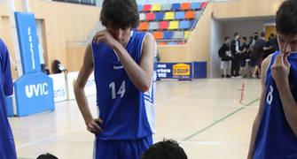 04 Òscar Navarro con sus jugadores en un tiempo muerto (foto basquetmaniàtic)