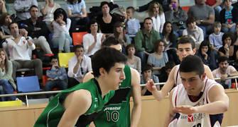 22 Guillem Vives intenta irse de Adrià Sala (foto basquetmaniàtic)