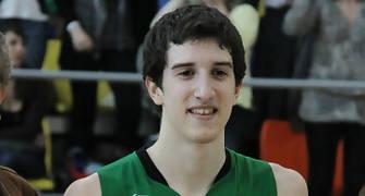 24 Guillem Vives con el trofeo de Campeón de Catalunya (foto basquetmaniàtic)