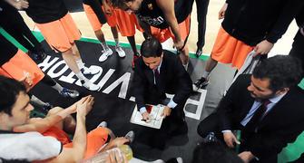 Xavi Pascual dando las ultimas instrucciones a sus jugadores. Foto: victorsalgado.com