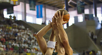 Rakovic defiende la posición (Foto: Lafargue)
