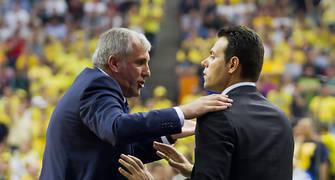 Obradovic habla con su ayudante (Foto: Lafargue)