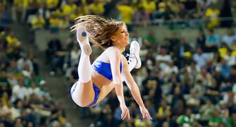 Acrobacia de una cheerleader (Foto: Lafargue)