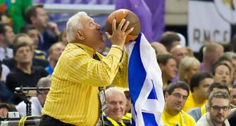 Un aficionado israelita se cuela en la pista y coge el balón...  (Foto: Lafargue)