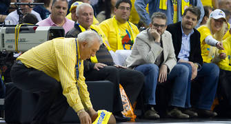 ... y le pone una bufanda del Maccabi (Foto: Lafargue)