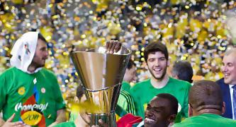Romain Sato sujeta el trofeo (Foto: Lafargue)