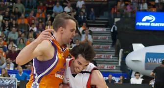 Grimau choca con Savanovic (Foto: Lafargue)