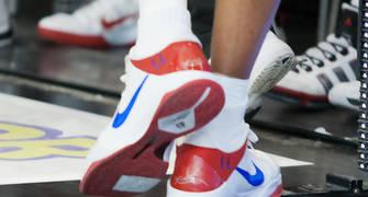Detalle de las zapatillas de Larry Lewis, con sus iniciales (Foto: Lafargue)