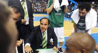 Jesus Mateo dando instrucciones a sus jugadores durante un tiempo muerto. Foto: victorsalgado.com