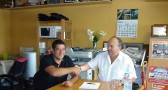 Jou Costa sellando el acuerdo con Fran Padrón (Foto: Tenerife Baloncesto)