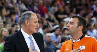 Ivanovic discutiendo con un árbitro.<br> Foto: Luis Fernando Boo.
