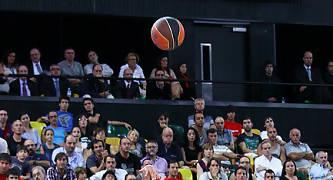 Navarro anota un triple ante la mirada de Dusko Ivanovic.<br> Foto: Luis Fernando Boo.