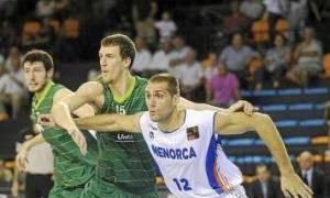 Arteaga trata de coger la posición ante la defensa de Kuzmic (Foto: Tolo Mercadal)