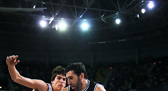 Mumbrú penetra por la línea de fondo con Suárez defendiendole.<br> Foto: Luis Fernando Boo.