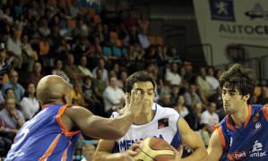 Navarro rodeado por Bonds y Suárez (Foto: Jaume Fiol)
