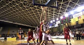"""A Edu Ruiz se le hace """"de noche"""" defendido por José Luis Fernández (Foto: Lourdes Getino - solobasket.com)"""