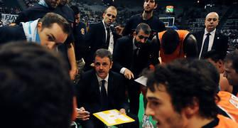 Porfi Fisac dando instrucciones a sus jugadores durante un tiempo muerto. Foto: victorsalgado.com