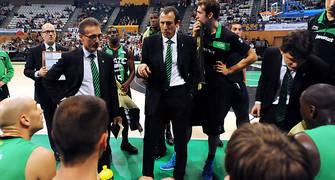 Salva Maldonado dando instrucciones a su jugadores durante un tiempo muerto. Foto: victorsalgado.com