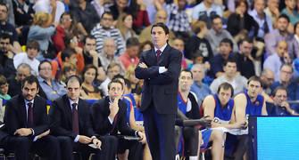 Xavi Pascual observa atento el partido. Foto: victorsalgado.com