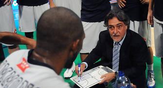 Pepu Hernandez dando instrucciones a sus jugadores durante un tiempo muerto. Foto: victorsalgado.com
