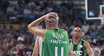 Albert Oliver se lamenta de una decisión arbitral. Foto: victorsalgado.com
