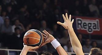 Fede Van Lacke realiza un tiro punteado por Xavi Rabaseda. Foto: victorsalgado.com