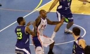 Bonds intenta recibir el balón entre Sallie y Fornas (Foto: Dep. Prensa Tarragona)