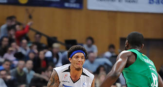 Deron Washington intentando pasar a Christian Eyenga<br> Foto: Charly Mula