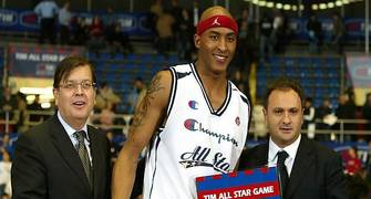 James Singleton recoge el título de MVP del All Star de la LEGA (Foto: Legabasketfoto.it)