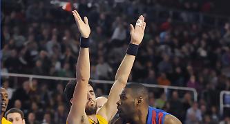 Pete Mickeal intenta hacerse espacio para el tiro frente Javier Beiran. Foto: victorsalgado.com