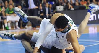 Lima cae encima de Fran Vazquez. Foto: victorsalgado.com