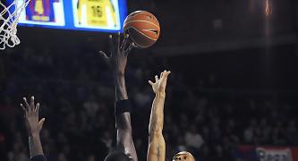 NDong intenta taponar un tiro de Rowland. Foto: victorsalgado.com