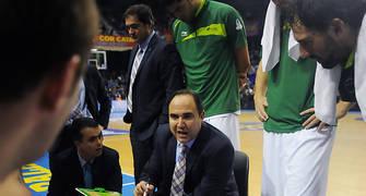Jesús Mateo dando instrucciones a sus jugadores durante un tiempo muerto. Foto: victorsalgado.com